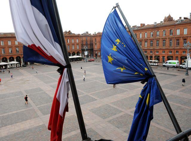 Drapeaux en berna à la Mairie de Toulouse
