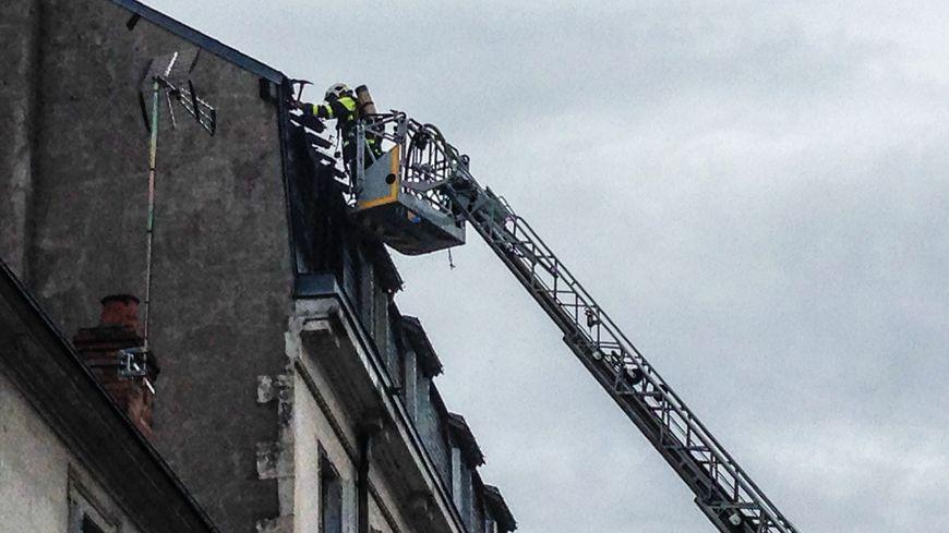 Le feu a détruit deux chambres et endommagé la toiture.