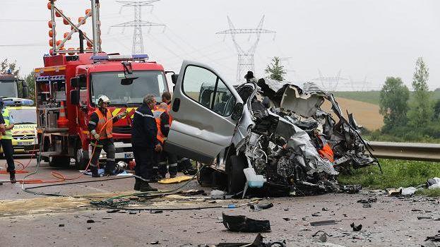 La collision frontale a impliqué le minibus à bord duquel se trouvaient les enfants ainsi qu'un camion