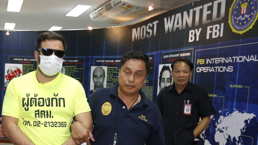 Jonathan Plent, escorté par la police thaïlandaise à Bangkok, ce 30 juillet 2014.