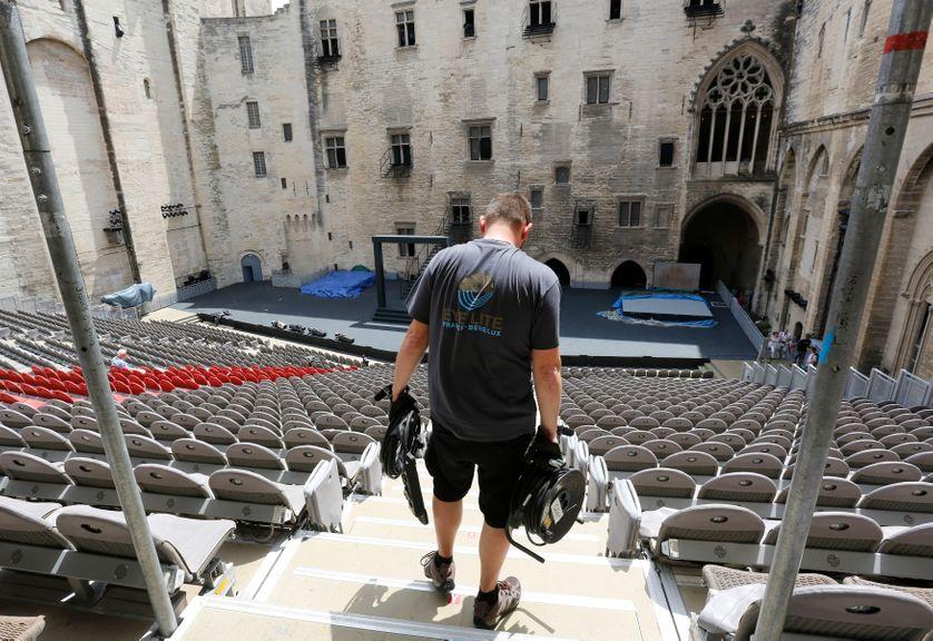 Un technicien dans le Palais des Papes d'Avignon le 4 juillet 2014
