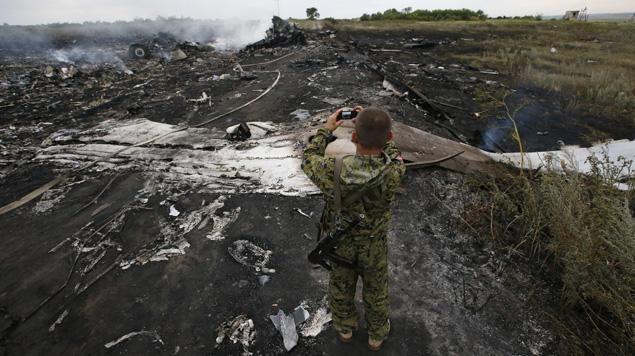 Un prorusse photographie le site de la catastrophe