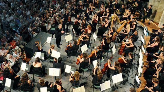 Philippe Herreweghe et le Jeune Orchestre de l'Abbaye aux Dames (© Michel Garnier)