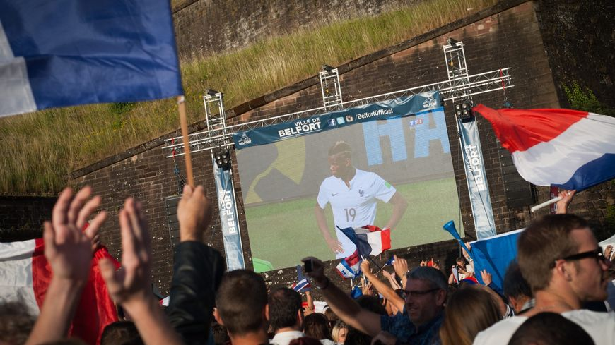 Des écrans géants sont installés dans les grandes villes pour le match de coupe du monde France-Allemagne