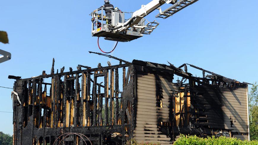 Le pavillon et son ossature en bois, ravagés par les flammes