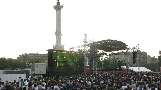 La foule place des Quinconces à Bordeaux lors des quarts de finale de la coupe du monde 2006