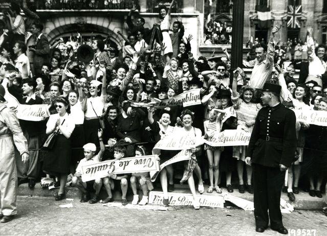 Le 26 août 1944 le peuple de Paris rend hommage au Général De Gaulle