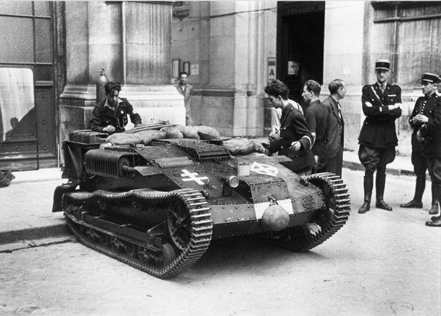 Petit char Renault pris par les FFI de l'hotel de ville