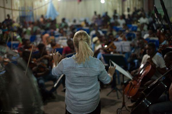 Sofi Jeannin dirigeant l'OSK lors d'une répétition - Leonora Baumann