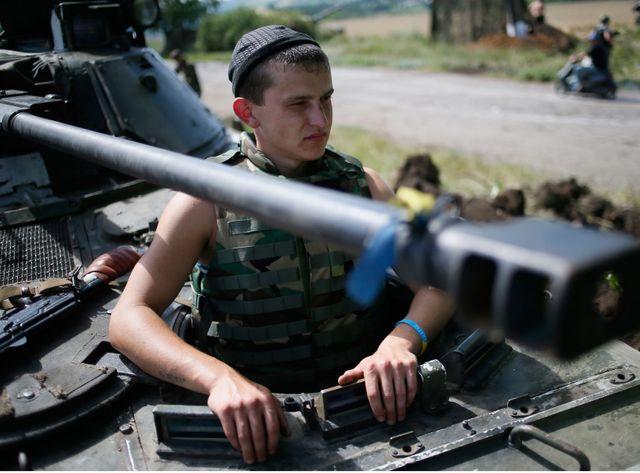 Un soldat ukrainien posté à quelques kilomètres de Donetsk