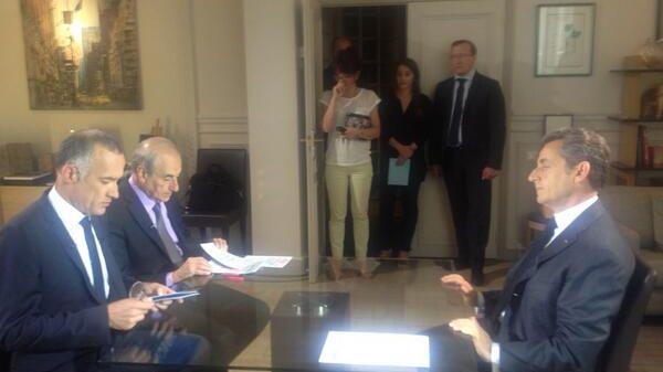 Nicolas Sarkozy face aux journalistes, pour s'exprimer suite à sa mise en examen