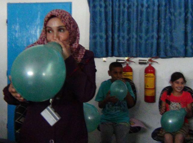 L'un des exercices pour se familiariser avec la peur : faire gonfler par des enfants des ballons de baudruches.