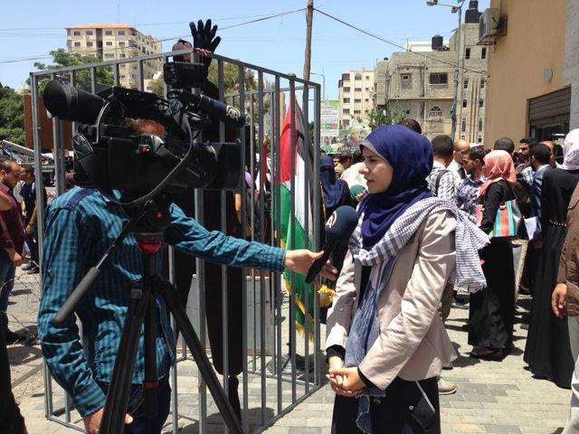 Israa retrouve les caméras le temps d'une interview