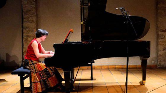 La pianiste Florence Robineau lors de l'enregistrement des morceaux destinés à être placés sous la licence libre de droit Creative Commons. (DR)