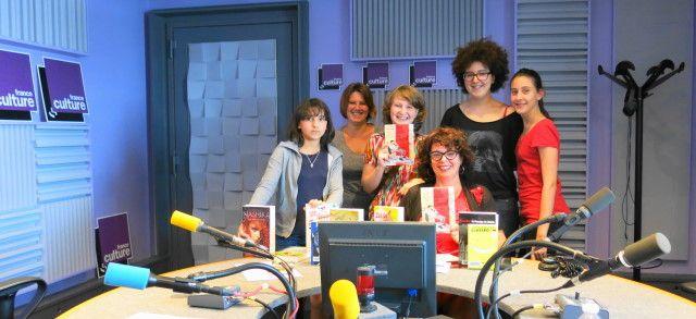 Dans notre studio 153, les jeunes du club de lecture Lekri Dezados, Marilyne Duval & Aline Pailler ( de gauche à droite )