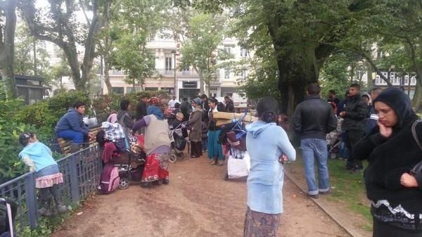 Les 50 familles roumaines, expulsées sous la pluie, sont descendues place Jean Jaurès