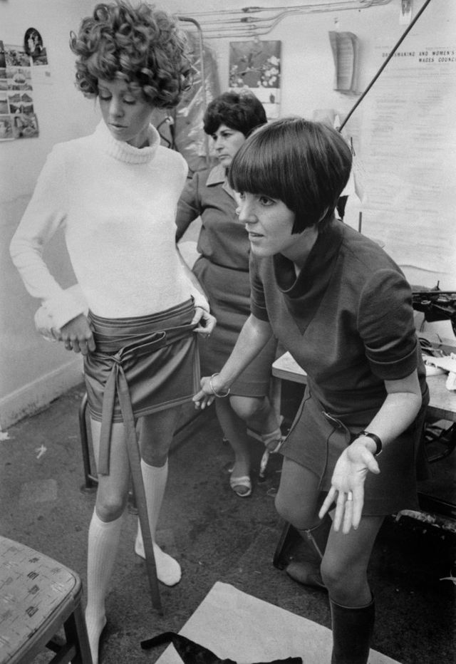 Mary Quant ajuste une mini-jupe sur un mannequin, 1967