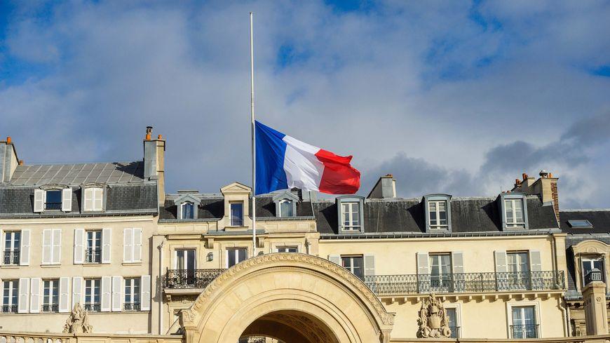 Un drapeau en berne sur le portail de l'Elysée, en signe de deuil
