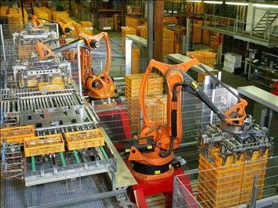 Des robots industriels au travail dans une usine