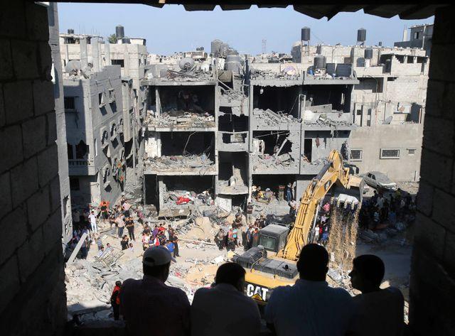 Des Palestiniens observent le lieu où les trois commandants ont trouvé la mort.