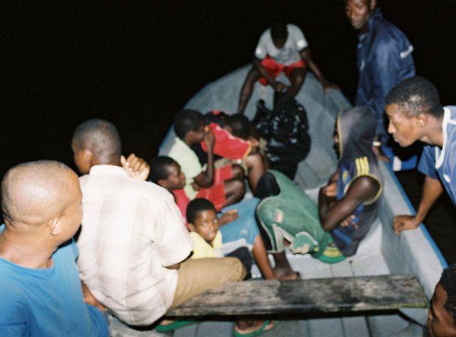 Des clandestins arrivent sur l'île d'Anjouan depuis les côtes africaines en octobre 2013.