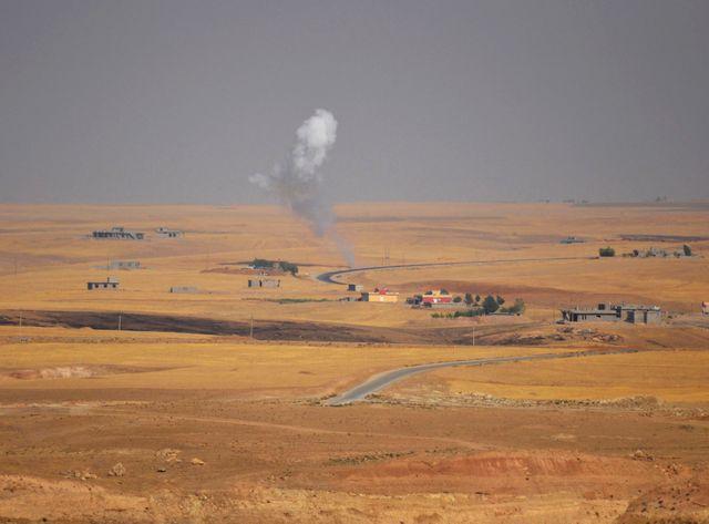 """Les combats continuent à Sinjar, près de Mossoul, entre """"peschmergas"""" kurdes et combattants de l'EI."""