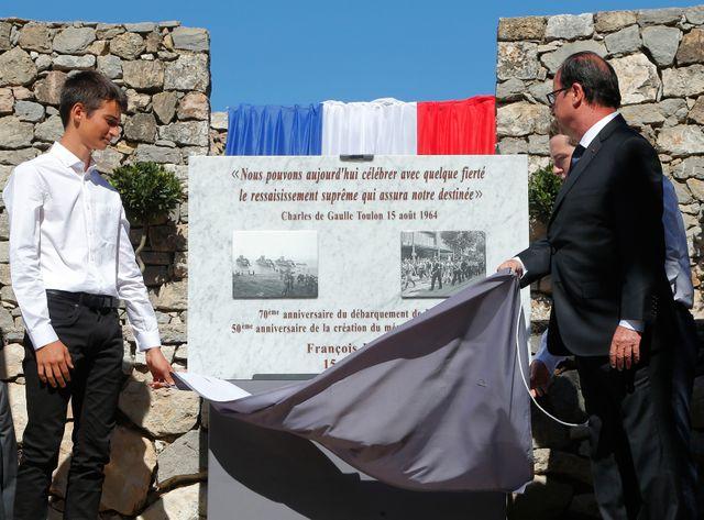 François Hollande dévoile une stèle au Mont Farron.