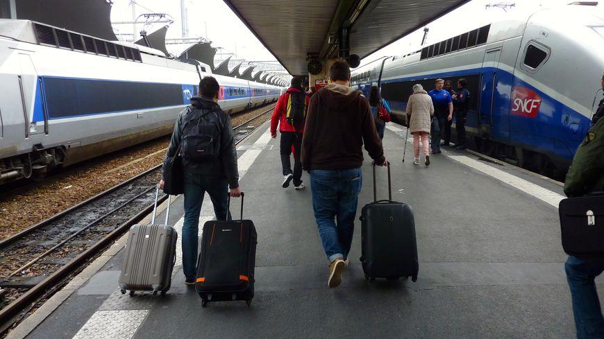 Des voyageurs prêts à prendre leur TGV