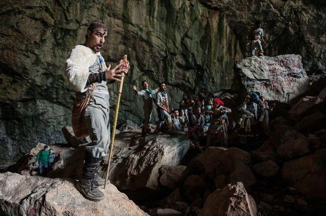 Fort de son succès dans les anciens bains de Téhéran, le groupe AV se produit cette fois dans un espace naturel. C'est une premi