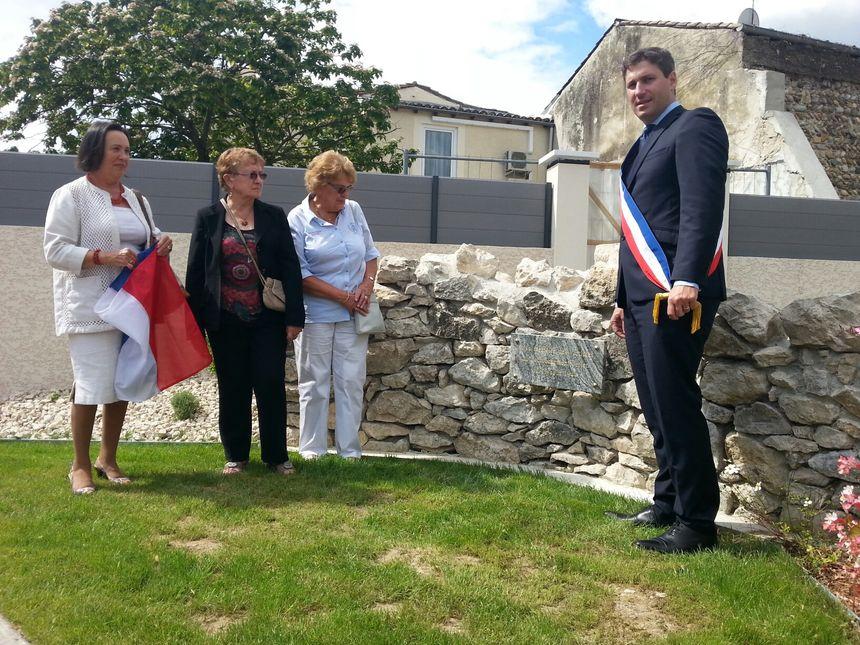 La plaque commémorative est dévoilée par le maire de Guilherand Granges, Mathieu Darnaud.