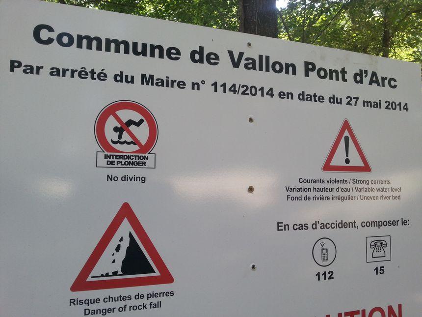Le panneau d'affichage à l'entrée de la plage du Pont d'Arc