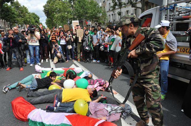 Un happening censé symboliser le massacre de la population civile à Gaza.