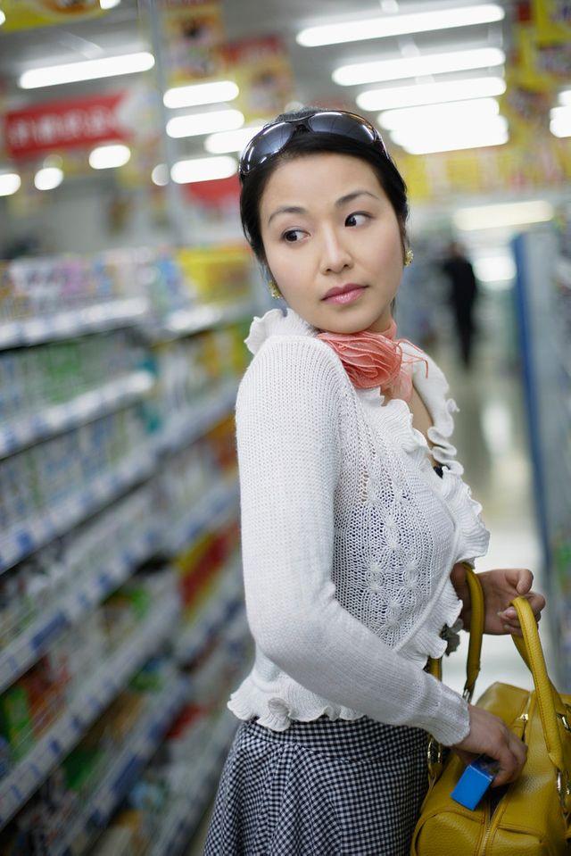 Jeune femme volant à l'étalage