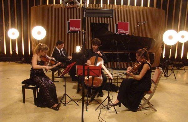 Ismaël Margain (piano), Alexandra Soumm (violon), Sarah Chenaf (alto) & Victor Julien-Lafferrière (violoncelle) en répétition à la salle Elie de Brignac, Deauville © Flora Sternadel