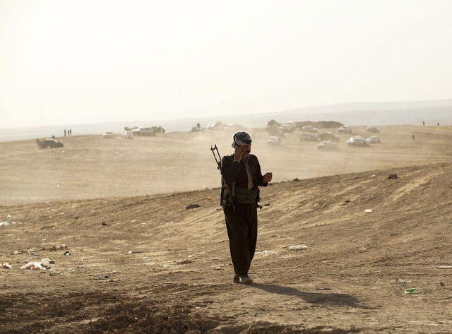 Un peschmerga, un combattant kurde, près de la ligne de front avec les combattants de l'Etat islamique, dans le nord du pays.