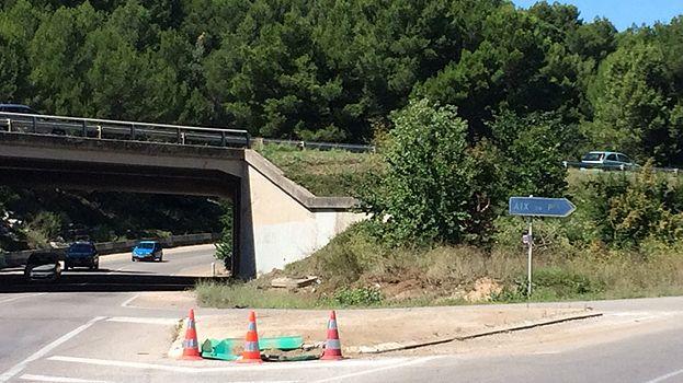 La voiture de la victime a arraché le séparateur modulaire et a terminé sa course sous le pont