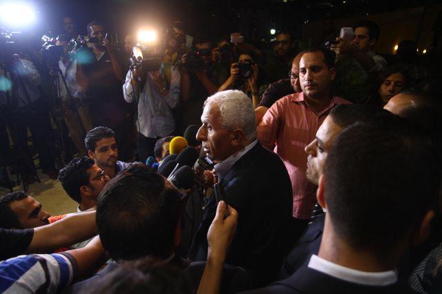 Azzam al-Ahmed, membre du Fatah et chef de la délégation palestinienne, s'adresse aux médias au Caire