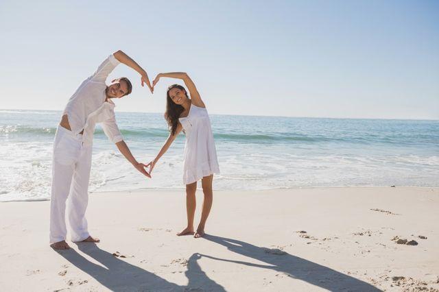 Couple faisant un coeur avec leur bras