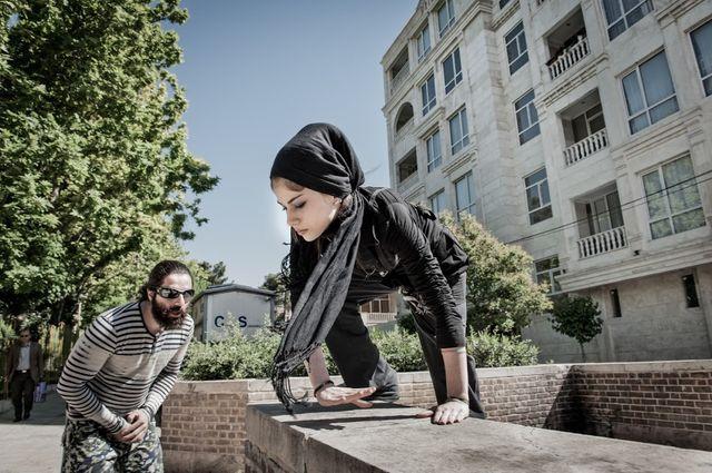 Ce vendredi matin, Narin, 16 ans, s'apprête pour la séance d'entraînement. Le parkour est interdit en Iran et pourtant la Rahaa