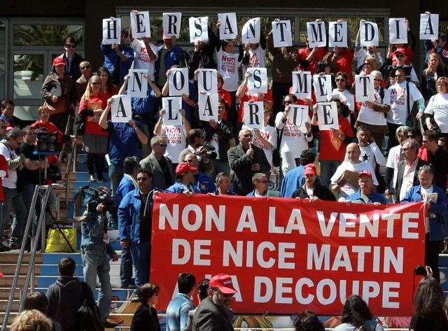 Les salariés de Nice Matin en avril sur les marches du Palais à Cannes.