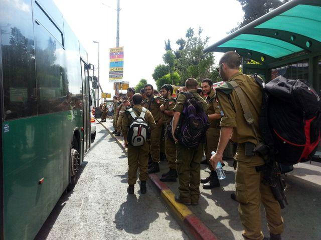 A la gare de Jérusalem d'où partent les bus emmenant les réservistes au front.