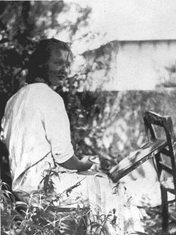 """Charlotte Salomon dans le jardin de la """"Villa L'Ermitage"""" à Villefranche-sur-Mer en 1939"""