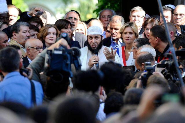 Plusieurs centaines de personnes se sont réunies devant la mosquée de Paris