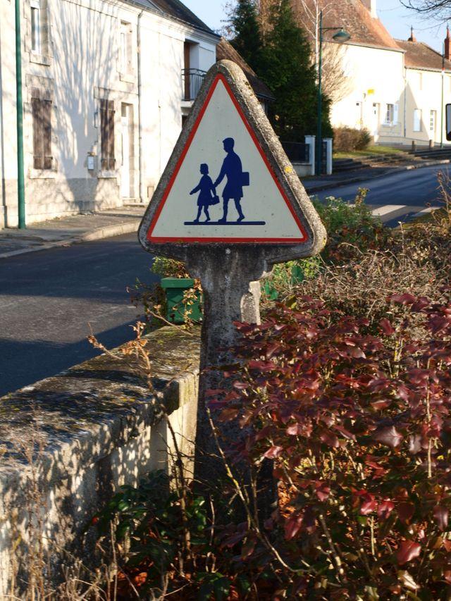"""Panneau """"attention école"""" à Velles"""