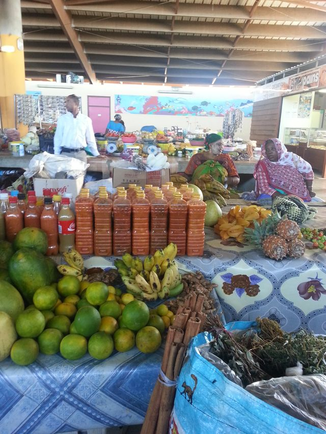 Le marché couvert de Mamoudzou et sa richesse exotique