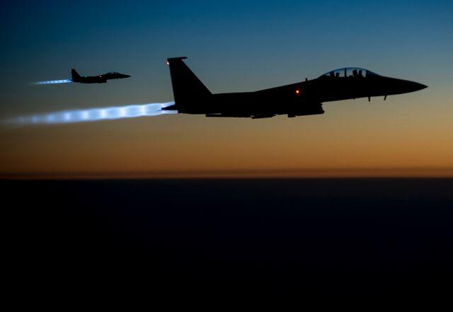 Deux F-15 survolent le nord de l'Irak après avoir mené des frappes aériennes en Syrie