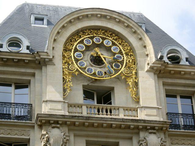 Horloge sur l'immeuble du n° 5 de la rue des Italiens à Paris, ancien siège du quotidien Le Monde