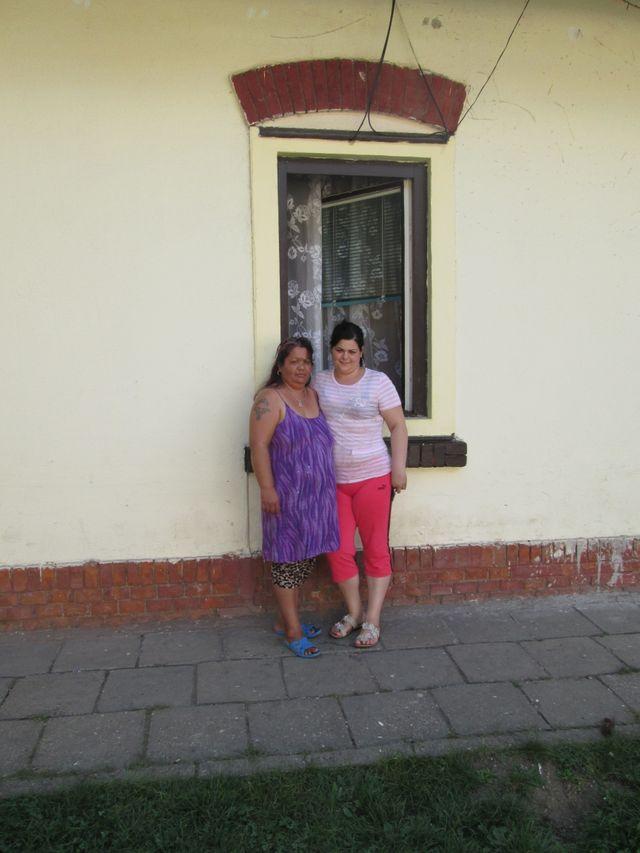 Maria Lakatos et sa fille devant leur maison de Miskolc