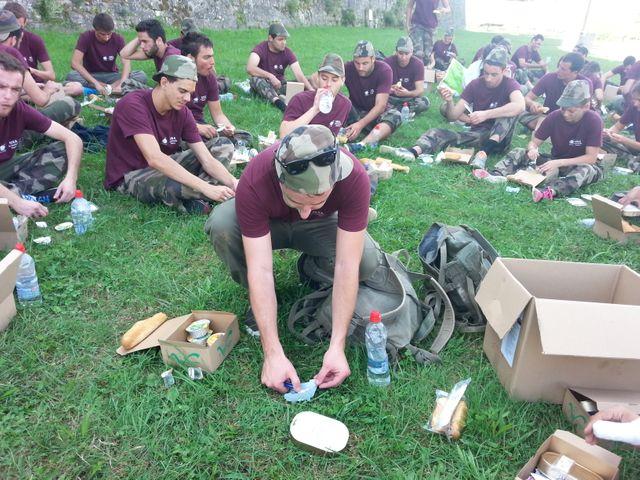 Pour le déjeuner, les étudiants ont dû faire chauffer eux-mêmes leur ration