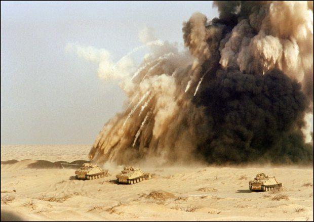 L'armée britannique fait exploser un champ de mines à la frontière irakienne, en janvier 1991